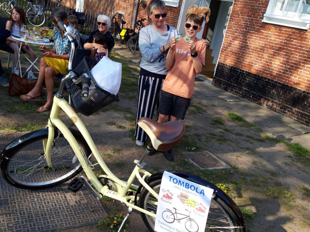 """De prachtige fiets, die werd uitgeloot door """"De Paashaas"""", werd gewonnen door Masj De Busser."""