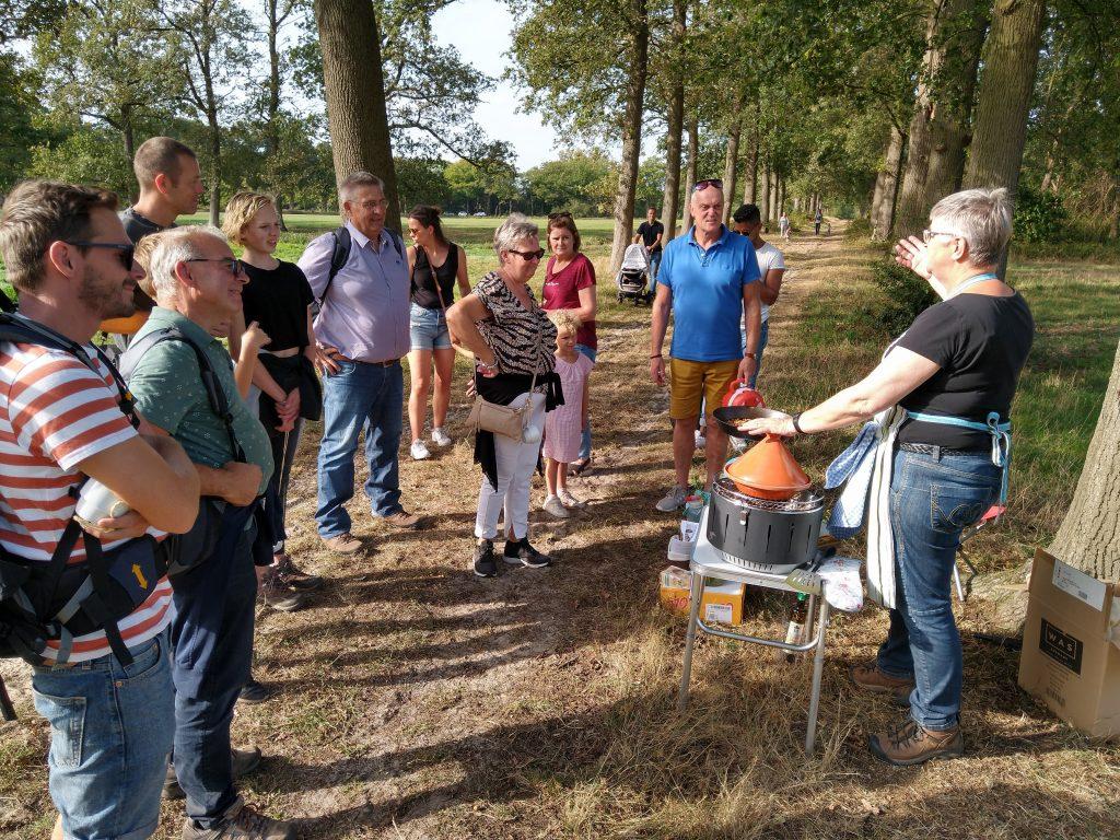 Gids Mai Matthé stelt melganzenvoetstoemp voor aan de wandelaars